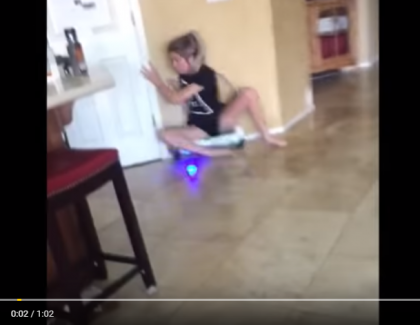 VIDEO – Assise sur un hoverboard, elles se vautre contre un mur !
