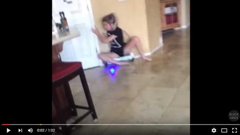 VIDEO – Assise sur un hoverboard, elles se vautre contre un mur !