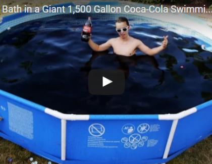 VIDEO – Il remplit une piscine de Coca et de Mentos !