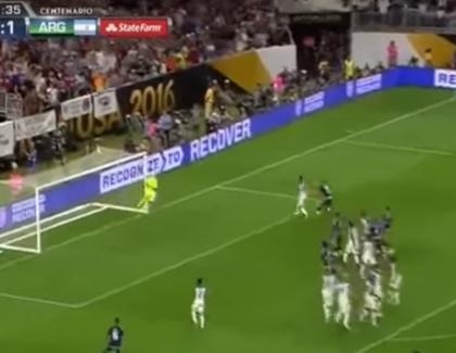 VIDEO – Messi met un coup-franc d'extra-terrestre contre les USA !