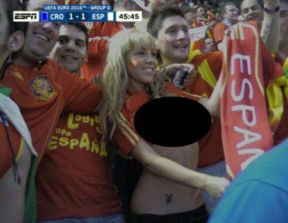 Une fan de l'Espagne dévoile sa poitrine en tribunes !