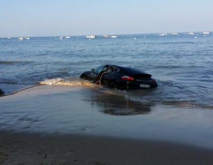 Sa Porsche victime de la marée montante !