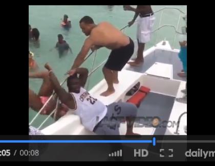 VIDEO – Une lap dance qui se termine dans l'océan !