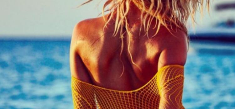 PHOTOS – Hailey Clauson montre ses fesses !