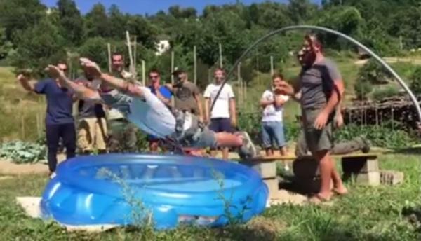 VIDEO – Ils lui font croire à un saut à l'élastique…