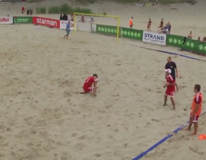 VIDEO – Il met un but de fou en beach soccer et le célèbre en capturant un Pokemon !
