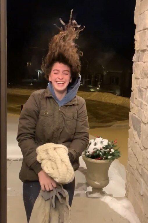 Elle sort dans le vortex polaire, ses cheveux gèlent instantanément ! (VIDEO)