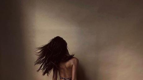 Nue contre un mur, Emily Ratajkowski montre encore ses fesses… (PHOTO)