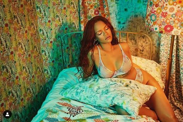 Rihanna TORRIDE en lingerie dans son lit ! (PHOTOS)